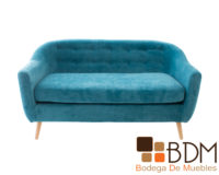 Sofa elegante con patas de madera color natural