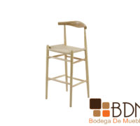 Silla minimalista alta con estructura de madera color natural